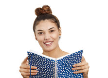 Mujer joven que sostiene el cuaderno Imagen de archivo libre de regalías