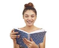 Mujer joven que sostiene el cuaderno Foto de archivo