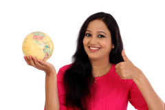 Mujer joven que sostiene el globo del mundo Imágenes de archivo libres de regalías