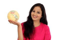 Mujer joven que sostiene el globo del mundo Fotos de archivo libres de regalías