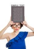 Mujer joven que sostiene el panel en blanco Imagen de archivo libre de regalías