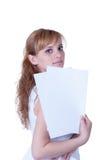 Mujer joven que sostiene el papel A4 Fotografía de archivo libre de regalías