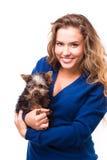 Mujer joven que sostiene el perro del terrier de Yorkshire Imagen de archivo