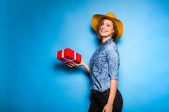 Mujer joven que sostiene el regalo rojo en manos Fotos de archivo libres de regalías