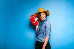 Mujer joven que sostiene el regalo rojo en manos Fotos de archivo