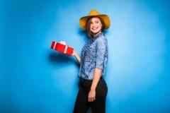 Mujer joven que sostiene el regalo rojo en manos Fotografía de archivo