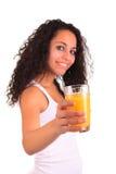 Mujer joven que sostiene el vidrio de zumo de naranja aislado sobre los vagos blancos Fotos de archivo