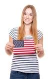 Mujer joven que sostiene la bandera de los E.E.U.U. Imagenes de archivo