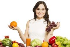 Mujer joven que sostiene la fruta en sus manos y sonrisa imágenes de archivo libres de regalías