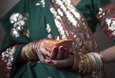 Mujer joven que sostiene la lámpara del diwali imagen de archivo libre de regalías