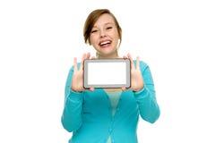 Mujer joven que sostiene la tablilla digital Fotos de archivo