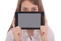 Mujer joven que sostiene la tablilla digital Imágenes de archivo libres de regalías