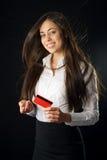 Mujer joven que sostiene la tarjeta de crédito roja imágenes de archivo libres de regalías