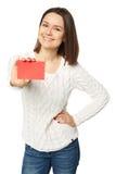 Mujer joven que sostiene la tarjeta de crédito vacía, sobre el fondo blanco Fotos de archivo