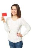 Mujer joven que sostiene la tarjeta de crédito vacía, sobre el fondo blanco Imagen de archivo