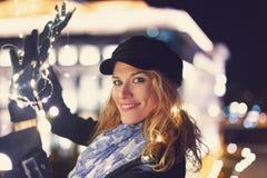 Mujer joven que sostiene las guirnaldas en al aire libre en ciudad fotos de archivo libres de regalías