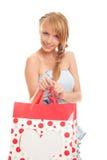 Mujer joven que sostiene los bolsos rojos para las compras Foto de archivo