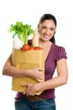 Mujer joven que sostiene un bolso de tienda de comestibles Foto de archivo