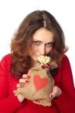 Mujer joven que sostiene un bolso del regalo Imágenes de archivo libres de regalías