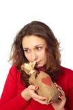 Mujer joven que sostiene un bolso del regalo Imagen de archivo libre de regalías