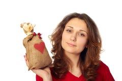 Mujer joven que sostiene un bolso del regalo Foto de archivo libre de regalías