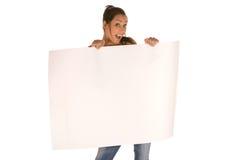 Mujer joven que sostiene un panel en blanco Fotografía de archivo libre de regalías