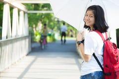 Mujer joven que sostiene un paraguas blanco. Fotos de archivo libres de regalías