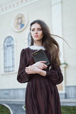Mujer joven que sostiene una biblia Fotografía de archivo
