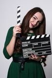 Mujer joven que sostiene una chapaleta de la película Foto de archivo