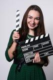 Mujer joven que sostiene una chapaleta de la película Imagen de archivo libre de regalías
