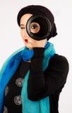 Mujer joven que sostiene una lente en hijab y bufanda colorida Imágenes de archivo libres de regalías
