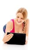 Mujer joven que sostiene una tableta digital Foto de archivo libre de regalías
