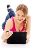 Mujer joven que sostiene una tableta digital Foto de archivo