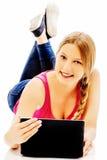Mujer joven que sostiene una tableta digital Fotos de archivo libres de regalías