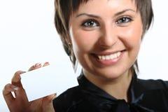 mujer joven que sostiene una tarjeta blanca. Fotos de archivo