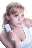 Mujer joven que sostiene una tarjeta de visita Imagenes de archivo