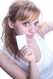 Mujer joven que sostiene una tarjeta de visita Fotografía de archivo