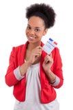 Mujer joven que sostiene una tarjeta electoral francesa Foto de archivo