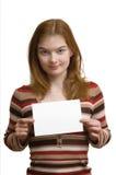 Mujer joven que sostiene una tarjeta vacía imagen de archivo