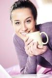 Mujer joven que sostiene una taza del café i Imágenes de archivo libres de regalías
