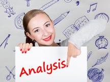 Mujer joven que sostiene whiteboard con palabra de la escritura: análisis Tecnología, Internet, negocio y márketing Foto de archivo