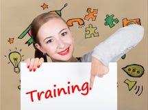 Mujer joven que sostiene whiteboard con palabra de la escritura: entrenamiento Tecnología, Internet, negocio y márketing Foto de archivo