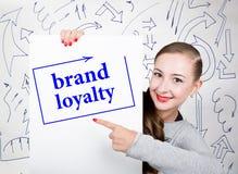 Mujer joven que sostiene whiteboard con palabra de la escritura: fidelidad a la marca Tecnología, Internet, negocio y márketing imagenes de archivo