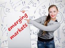 Mujer joven que sostiene whiteboard con palabra de la escritura: mercados emergentes Tecnología, Internet, negocio y márketing Fotos de archivo