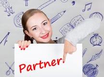 Mujer joven que sostiene whiteboard con palabra de la escritura: socio Tecnología, Internet, negocio y márketing Fotografía de archivo