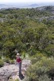 Mujer joven que sube el marrón 3 del Mt Imagenes de archivo