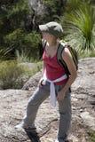 Mujer joven que sube el marrón 4 del Mt Imagen de archivo