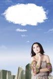Mujer joven que sueña despierto con la nube de la burbuja Fotografía de archivo