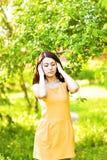 Mujer joven que sufre con dolor de cabeza al aire libre Fotos de archivo libres de regalías