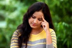 Mujer joven que sufre con dolor de cabeza en al aire libre Imagen de archivo